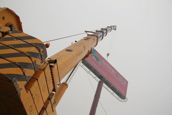 供应专业300吨吊车租赁生产厂家